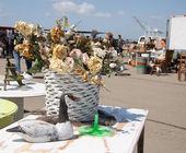 Jedwab kwiaty i drewniana kaczka w pchli targ — Zdjęcie stockowe