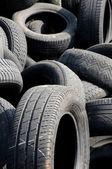 Une pile de pneus déchets en arthies — Photo