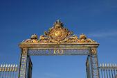 Francia, la puerta de oro del palacio de versalles — Foto de Stock
