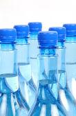 Zamknięcia butelek wody gazu na białym tle — Zdjęcie stockowe