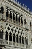 Itálie, starý palác nedaleko canal grande v benátkách — Stock fotografie