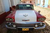 Trinidad sokaklarında eski araba — Stok fotoğraf