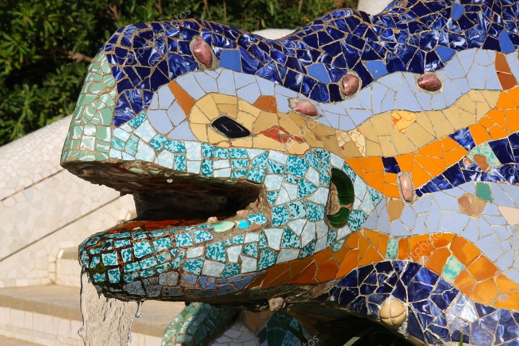 Gaudí's multicolored mosaic dragon fountain at the main entrance — Stock Photo #8474298