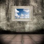 Smutsiga grunge interiör med bild och ram — Stockfoto