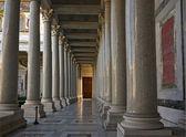Colonnes dans l'église de saint paolo à rome — Photo