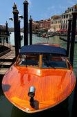 Barco de madera estacionada en el canal grande en venecia - italia — Foto de Stock