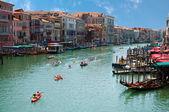Roddbåtar på canal grande i venedig - italien — Stockfoto