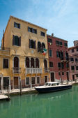 多彩典型的房子和运河在威尼斯-意大利 — 图库照片