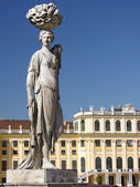 Statue of a woman worker at Schonbrunn gardens — Stock Photo