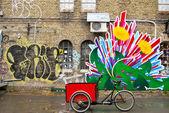 Città in fiore dove c'è una bicicletta — Foto Stock