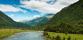 Rivière traversant une vallée sur une journée d'été — Photo