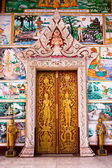 Gold door in Buddhist temple — Stock Photo
