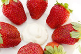 Strawberries and cream — Stock Photo