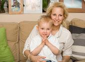 Madre de moda joven con su hijo. — Foto de Stock