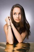 Beleza morena jovem amigável. — Foto Stock