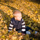 Cute young kid playing outdoors. — Stock Photo