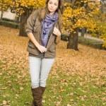 prachtige jonge brunette in het park — Stockfoto