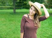Gorgeos menina morena na natureza. — Foto Stock