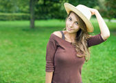 Gorgeos ung brunett flicka i naturen. — Stockfoto