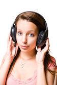 Fille brune ssweet, écouter de la musique. — Photo