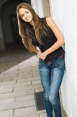 Beautiful young model posing in jeans. — Stock Photo