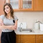 Beautiful brunette in woman in a modern kitchen. — Stock Photo