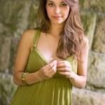 穿着绿色构成的美丽年轻黑发 — 图库照片