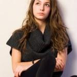 穆迪的年轻美丽的黑发女孩肖像 — 图库照片