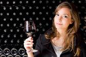 Güzel bir genç kadın şarap tadımı. — Stok fotoğraf