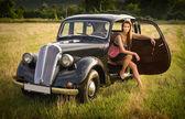 Den rika gal och hennes bil. — Stockfoto