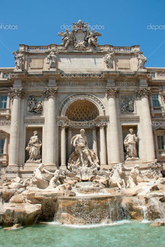 Fontana Di Trevi in Rome, Italy — Stock Photo #8829553