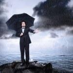 雨来るまたはオフのチェックの傘の下の男 — ストック写真