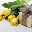 Foto Stock: Tulips with Giftbox