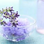 アロマセラピー オイルとラベンダー塩 — ストック写真