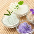 Foto Stock: Bath salt with flowers