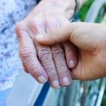 verzorger die senioren hand — Stockfoto