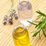 Аромат масла в бутылках с травами — Стоковое фото