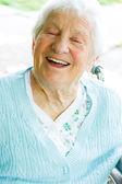 Heureuse dame senior en fauteuil roulant — Photo