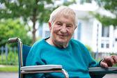 Szczęśliwy starszy pani na wózku inwalidzkim — Zdjęcie stockowe