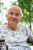 Feliz senhora sênior em cadeira de rodas — Fotografia Stock