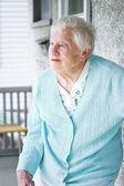 Dame senior sur le porche — Photo