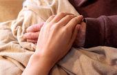 Oud en jong handen op bruin blanke — Stockfoto