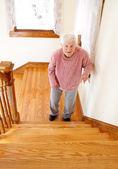 Starší žena schodiště — Stock fotografie