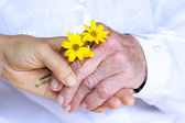 Damas senior y jóvenes tomados de la mano — Foto de Stock