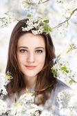 Hermosa chica con árbol floreciente — Foto de Stock