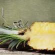 metade de ananás com polpa suculenta — Foto Stock