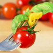 Fork with pasta, tomato and basil — Stockfoto