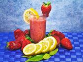 Strawberry and lemon soft drink — Stock Photo
