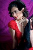 Módní model fialové pozadí — Stock fotografie