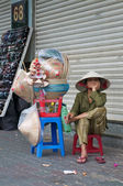 Vietnamese street selling hats — Stock Photo